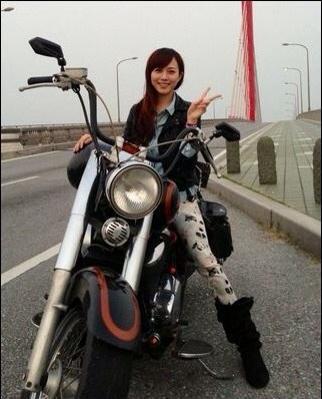 バイクに跨る比嘉愛未