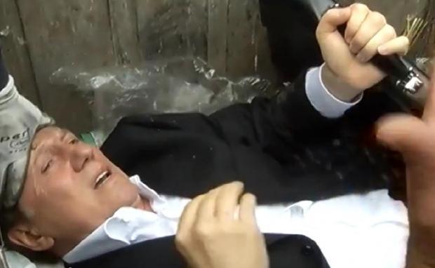 VIDEO: Ukrajinský poslanec byl chycen a vhozen do kontejneru s odpadky