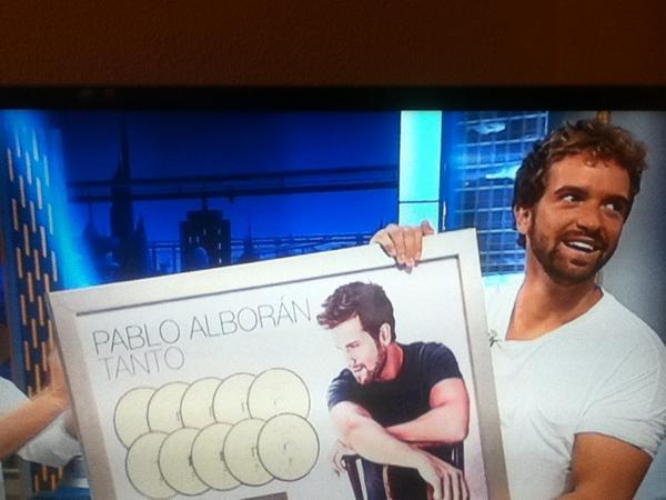 OFICIALMENTE @pabloalboran recibe los diez discos de platino por Tanto. #AlboranEH #PorFinAlboran http://t.co/C6aBs8QAHa