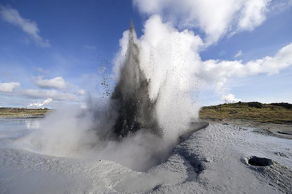 Video showing a brand new mud geyser that just formed about 40 minutes outside #Reykjavik http://t.co/BqvG6XYGhG http://t.co/dTWbU9H5O8