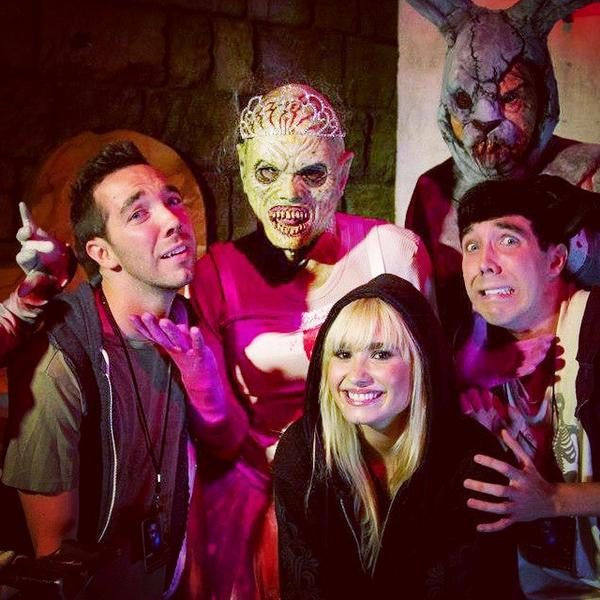 Missing my #terrortwin @irobotyoujane and #screamsister @ddlovato tonight at Univ. Studios HHN! I'm DEAD without you http://t.co/bmyxP9T3lf