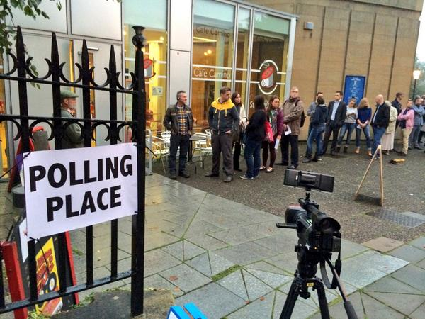 Here we go... Voters lined up in Edinburgh. 2mins to polls open. #ScotlandDecides #indyref http://t.co/BfxZwXc2uZ
