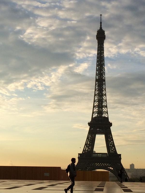 이른 아침 하늘을 등지고 선 에필탑. 시간과 날씨에 상관없이 에펠탑이 시야에 들어오면 사랑이란 단어가 떠오른다. http://t.co/42TSlu5fhW
