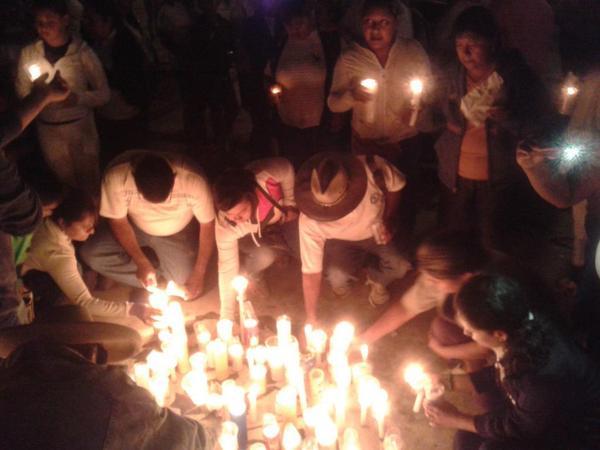 """Anoche en la cd. de #Tixtla familias se reunieron para pedir la presentacion con vida de estudiantes de #Ayotzinapa http://t.co/BIagn0YHak"""""""