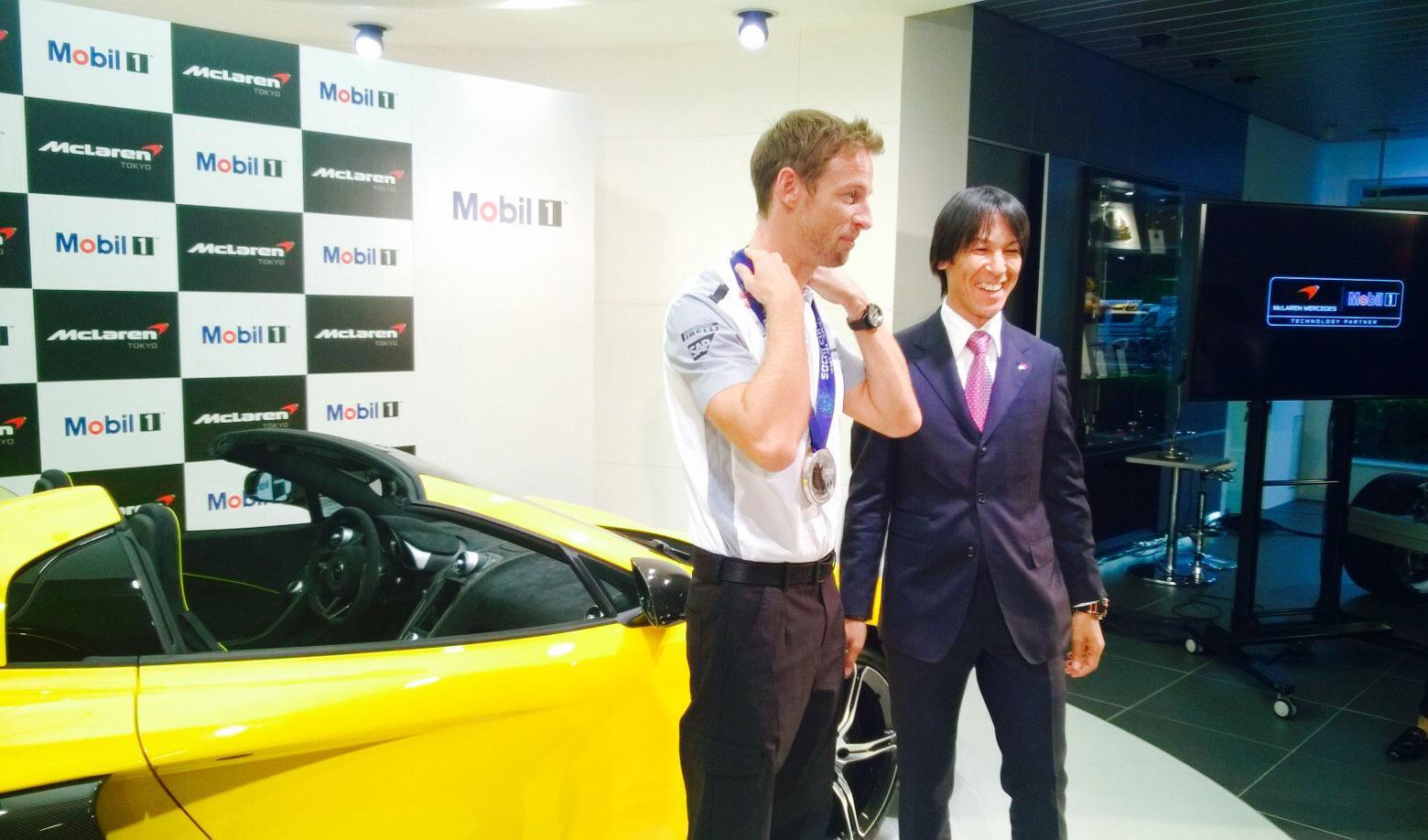 RT @McLarenF1: JB dons Olympic ski jumper Noriaki Kasai's gold medal in Tokyo last night. #NiceBling #Mobil1Insider #JapaneseGP http://t.co…