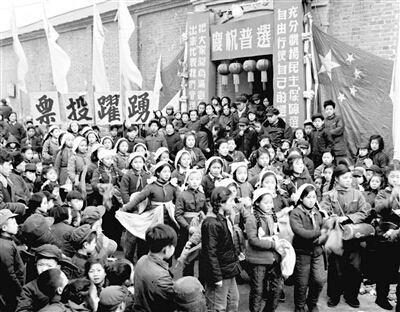 """""""中国人民为争取民主而努力,所要的自然是真货,不是代用品。把一党专政化一下妆,当做民主的代用品,方法虽然巧妙,然而和人民的愿望相去十万八千里。中国的人民都在睁着眼看:不要拿民主的代用品来欺骗我们啊!""""《新华日报》1945年1月28日 http://t.co/d9ADbzt02s"""