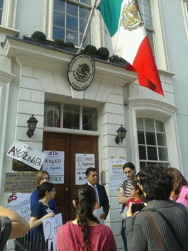 Emb Mex, Londres exigiendo al cónsul presentación con vida d los estudiantes #Ayotzinapa @roblesmaloof @JohnMAckerman http://t.co/qmJz6p7Pje