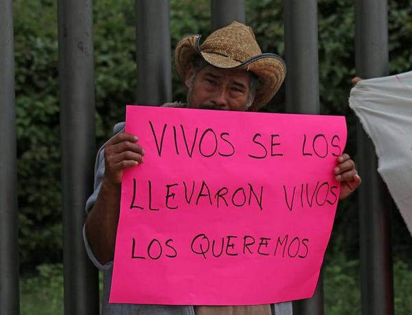 Sólo 300 elementos buscan a normalistas desaparecidos #Ayotzinapa http://t.co/V8FkMH76fQ @Tlachinollan @CctiColectivo http://t.co/FlybW0BKXj