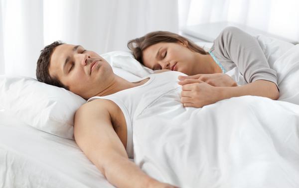 Compartir la cama con la persona que amamos nos hace dormir más rápido, reduce la depresión y nos ayuda a vivir más.