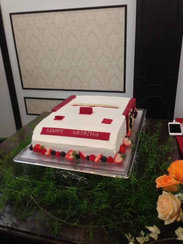 ウェディングケーキがアレ。入刀前に写真撮らなければ! pic.twitter.com/fOmCFmbnSS
