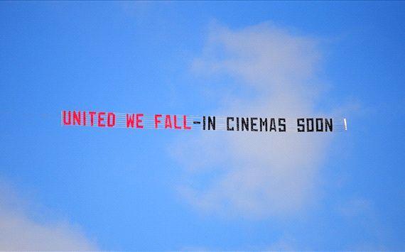 Leicester 5-3 Man Utd: Man City mock rivals by flying banner over Etihad Stadium http://t.co/CVnTyIsAst http://t.co/Wu7yf34P8E
