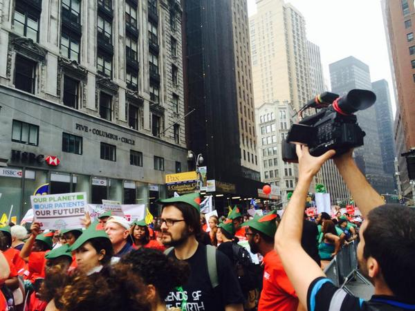 Impresionante lo que está pasando en NY. Histórica manifestación contra el cambio climático  #PeoplesClimate http://t.co/TTFAlYcxUp