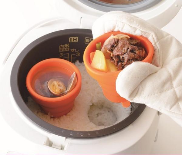"""アース・スター書籍・映像部 on Twitter: """"「炊飯器で同時調理」が話題! ということで「炊飯器同時調理専用シリコン容器付きレシピ本」発売! 「炊飯器シリコンスチーマーでらくウマ1人分ごはん」。ご飯&一汁一菜が一度に完成!写真は炊飯器で作った「肉じゃが定食」です。 http://t.co/d5mM4KOBlP"""""""