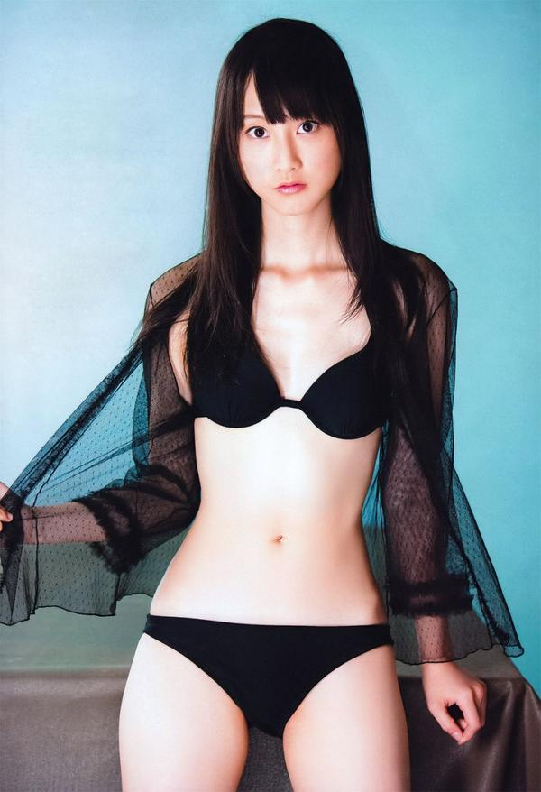 黒水着姿の松井玲奈さん