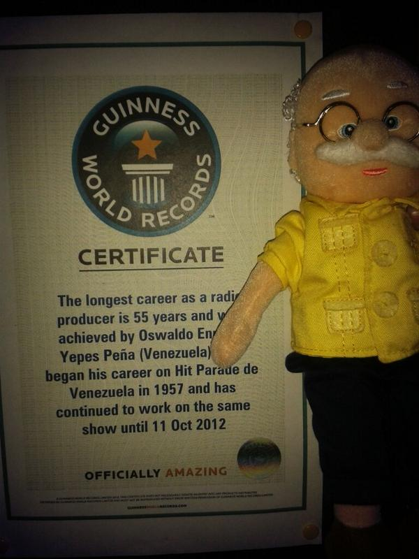 Nuestro querido Oswaldo Yepez junto a su reconocimiento #guinness http://t.co/YuQj3lWjRS