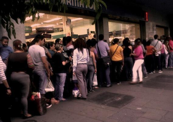 En algunas farmacias se observan largas colas para comprar pañales y acetaminofen. #VenezuelaEnTerapiaIntensiva http://t.co/wa6fI840eJ