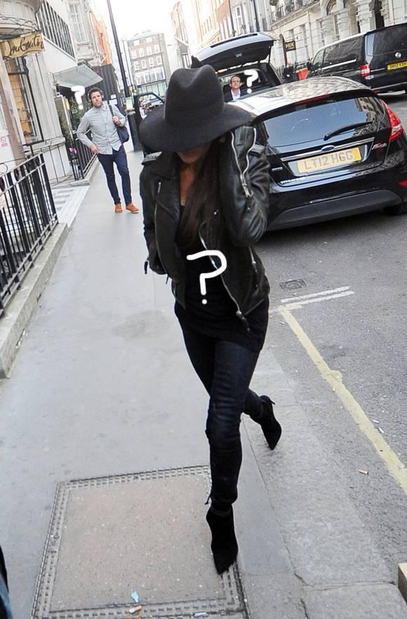 RT Guess the celebrity! She's trying to go incognito with a huge black hat! http://t.co/0pqOt9QmUG http://t.co/8G5f20EBZS