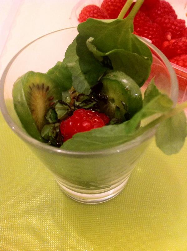 Verrine mini kiwi #nergi roquette framboise crevette @eparisiennes #estory http://t.co/th1CYMGTbs