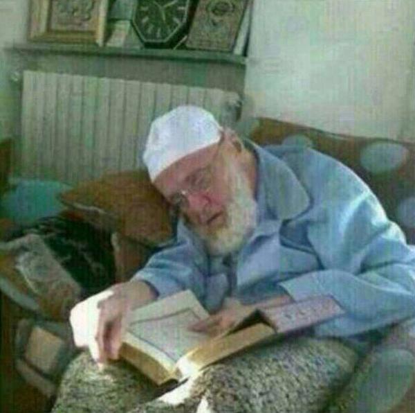 هذا ما ينبغي أن نتمناه الشيخ عبدالرزاق الحلبي يلفظ أنفاسه ؛ إصبع على المصحف وإصبع تشير بالشهادة مسك الختام بآي القرآن http://t.co/pY4hHQJErC