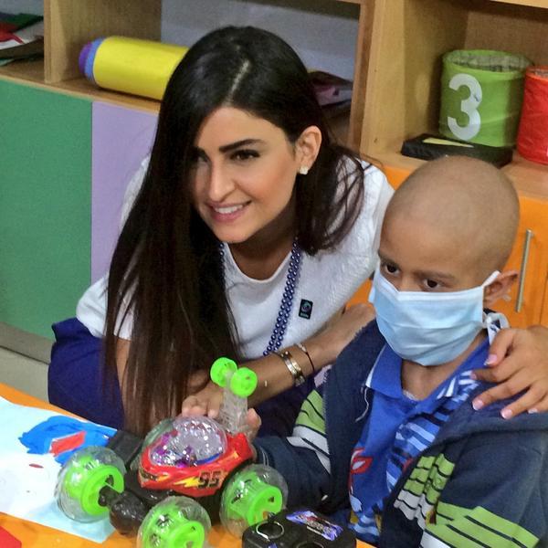 الإعلامية علا الفارس @OlaAlfares تشاركنا توزيع الهدايا و ترسم الابتسامة على وجوه أطفال مركز الحسين للسرطان @KHCFKHCC http://t.co/uEiSBtMyhV