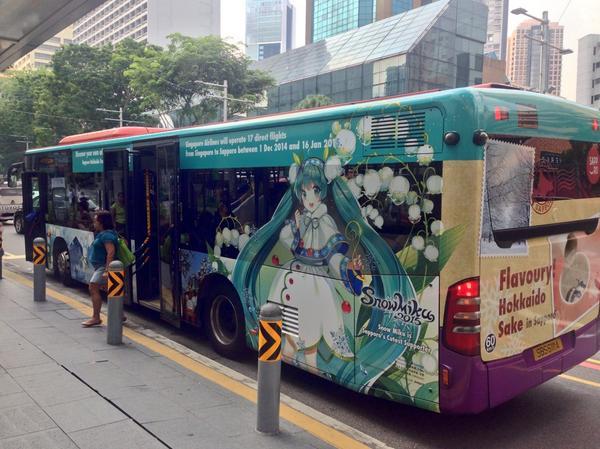 今日からシンガポールの街を走り始めた初音ミクのラッピングバスを目撃。札幌観光のプロモーションです。 @cfm_miku #miku #初音ミク http://t.co/6AaaPFR28q