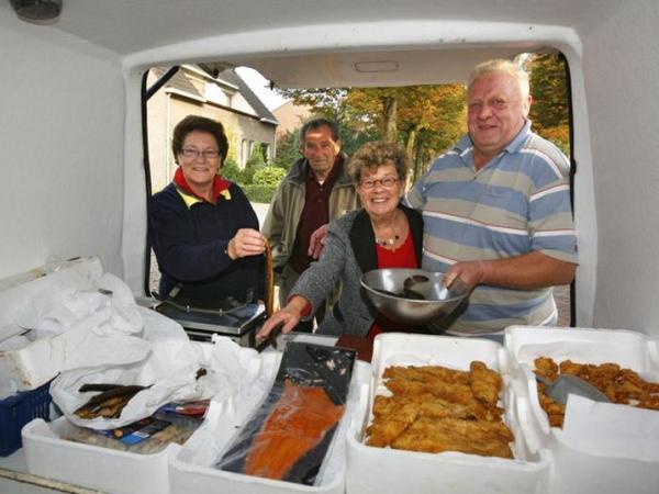Bezorgd om zich heen kijkend koopt een klant paling. De angst begint toe te nemen, vooral bij de visboer. http://t.co/JzTETAP7pr