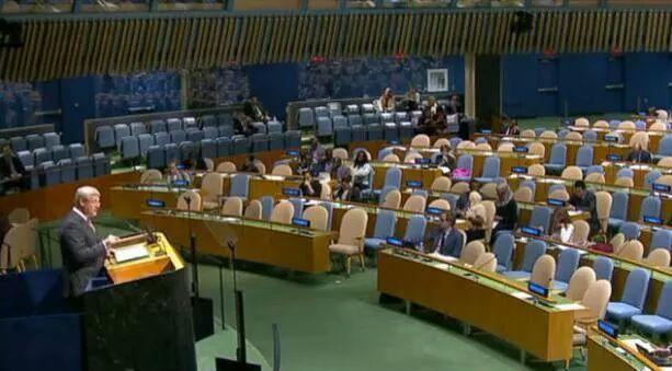 Stephen Harper addressees a virtually empty UN assembly