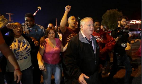 #Ferguson last night... Arrests https://t.co/j9xt14Yzt0 / & pic of chief marching-note the officer charging through http://t.co/aNrnMFckhk
