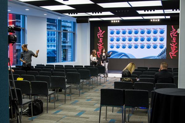 Quase pronto! O prédio da NASDAQ tá lindão com essa cara de Rock in Rio. ;) http://t.co/zu74ljsrkc
