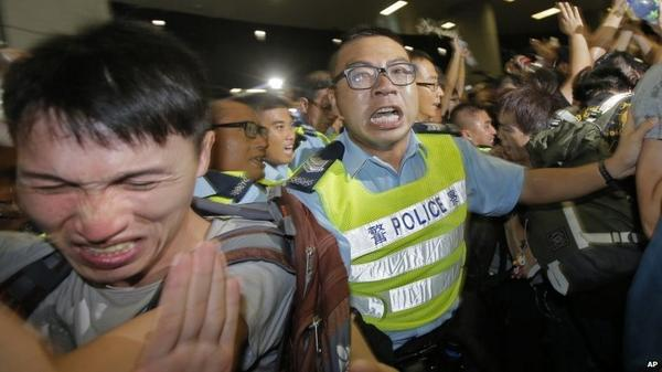 Hong Kong protesters break into government HQ http://t.co/eu7xflOKE7 http://t.co/u2WRZkPF2e #OccupyCentral #China #Tibet #USA #AUS #CAN #JPN