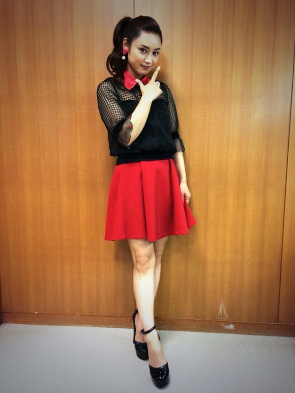 全身スタイル赤いスカートの平愛梨