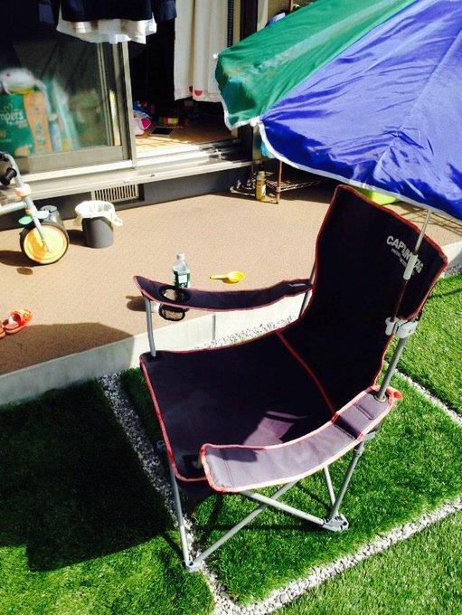 b9658d020be4 天気がいいので庭に椅子と日傘展開して読書。日が出てると暑いが雲で太陽が隠れると気温的にはちょうど良いし風が気持ちいい。  pic.twitter.com/oSQrzGNK3N