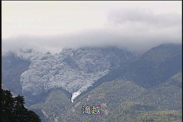 御嶽山、2014年9月27日1154ころの火砕流 http://t.co/zSn9niKANJ