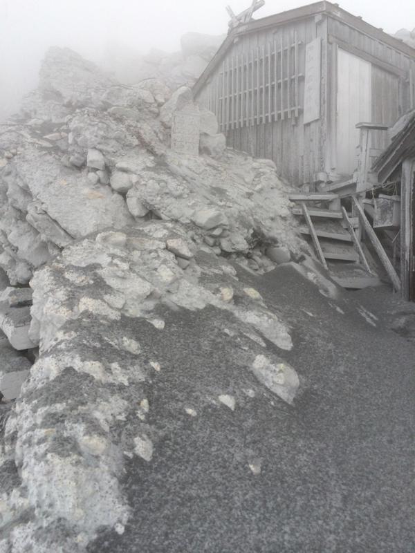 9合目避難小屋から9合目石室山荘小屋まで退避雲と空と岩の世界が火山灰の死の大地に…#噴火 #御嶽山 pic.twitter.com/DRa2onaXZO