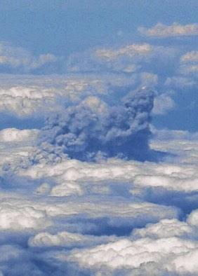 高知に向かっていた野場華世記者が、午後0時1分、噴火直後の御嶽山から上空に上がる噴煙を、機内から撮影。長野県側の雲海を見ていたところ、周辺とは明らかに違う濃い灰色の入道雲のようなものに気づき、不思議に思って撮影したとのことです(健) pic.twitter.com/cIbq5Uiyec