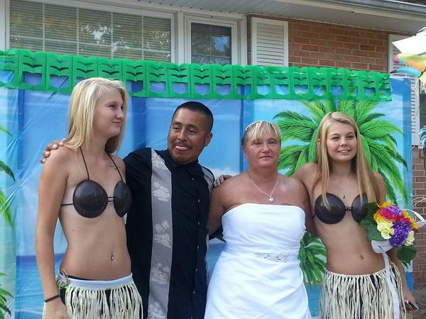 Ratchet_chick48 Wtf Girls In Coconut Bras And The Groom Is Trying To Get A Peek Whitetrash Wedding Creeper T Co W5w7stz9am