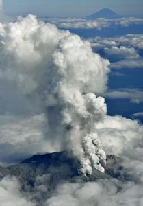 この御嶽山の噴火の写真、わずか100km ほどの後方にくっきりと富士山が見える。日本列島がつくづく火山と地震の巣であることを実感する。そんな危うい島国を支配する大君は、原発を再稼働させたくて小児のようにうずうずしている。 http://t.co/IAK9OWwb6Q