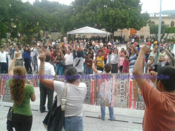 Mítin de miembros de la CETEG y MPG en el zócalo de #Chilpancingo por hechos violentos de #Iguala. http://t.co/uV41WUsNd8