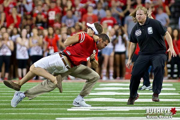 Another view of Anthony Schlegel delivering the Rock Bottom to an intruder on the field. #Buckeyes @Photogoofer http://t.co/IHxtk2xIYg