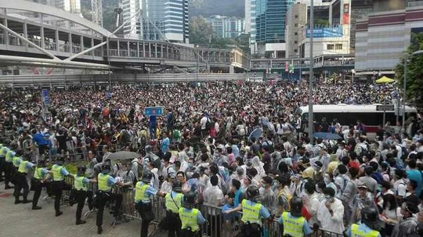 ちょっとこれ、すごすぎる。こんな香港見たことない。 http://t.co/0QbnMU5fFy