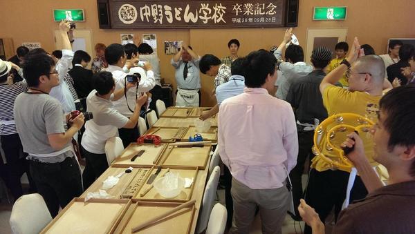 うどん作ってる光景です。  製麺is何? http://t.co/GuubLz9YkU
