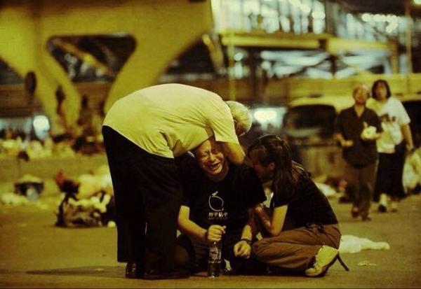 留守金钟示威区的佔中发起人戴耀廷,昨凌晨4时许环视街头时,突然跌坐地上嚎啕大哭。一直跟他留守的香港天主教教区荣休主教陈日君枢机,以及一名女示威者见状上前拥抱着他... http://t.co/wQEI2N0kcJ