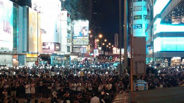 """aiya, save mobile power la """"@Judy_Ngao: Protesters in Mongkok wave their phone lights while singing. @varsitycuhk http://t.co/hTH0kQsbFd"""""""