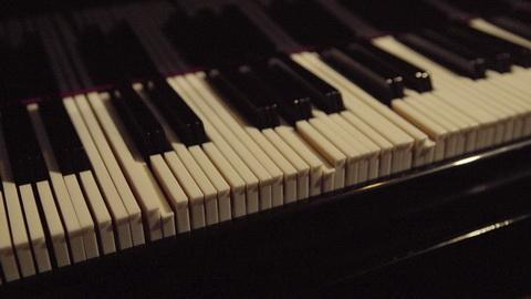 微分音モノとしてはいまいちだけど自動演奏モノとしては面白い RT @TUNECOREjp 名曲を3倍化ってどういうこと? AGFが本当に「3倍高密ピアノ」を開発 http://t.co/l5CfoDMx3k すごい旋律ができそう・・・ http://t.co/RurL2gXgxe