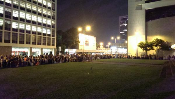 Best #OccupyCentral protest behavior: RT @JoshTANoble: Please keep off the grass. And they do. http://t.co/APzManHuaz