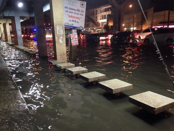 [20.22 น.,29 ก.ย.] RT @HTawesak: หน้าเซียร์รังสิต 2 ชั่วโมงหลังฝนตก 5 นาทีน้ำก็ยังคงไม่ลด #thaiflood http://t.co/YZ7EgnxzKJ
