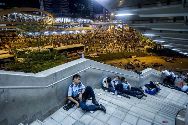 """@Shark8964: RT @HuffPostUK: Hong Kong's #UmbrellaRevolution on Monday in Pictures http://t.co/Zx5E3IfTtS http://t.co/ws91bAIrV3"" 衣服脱了就能睡好了"