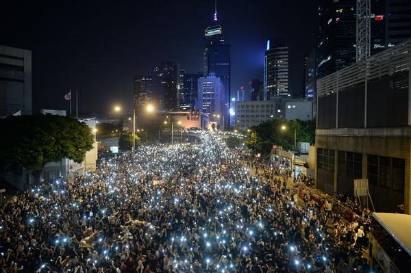 Impressive photo of Hong Kong protesters tonight by @daledelarey—@AFP/@GettyImages More @TIME http://t.co/3MJUTMMZxo http://t.co/x498fd5NP8