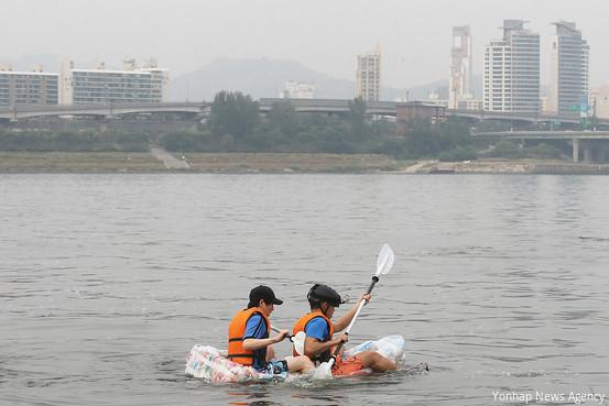 Korean students make a raft out of potato chip bags to prove they have too much air in them: http://t.co/6QsFCQnAEo http://t.co/B4GvLLcMfk