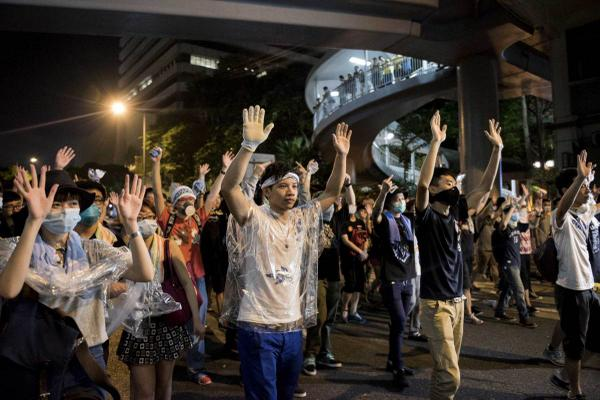 See Hong Kong pro-Democracy protesters clash with police. Photo: @gettyimages http://t.co/BmXZuV4xNE http://t.co/7bA82HtN0y